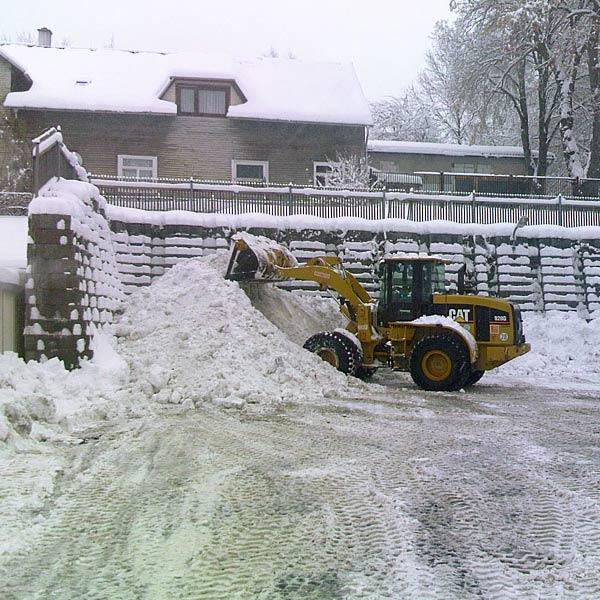 Radlader bei der Schneebeseitigung im Winterdienst in ganz Thüringen und Hessen